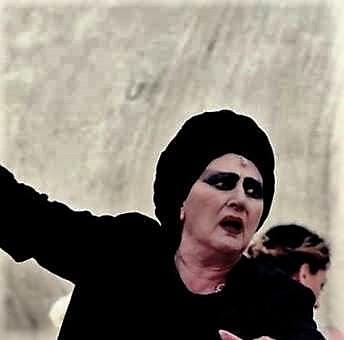 Francesca Benedetti interpreta la vaticinante follia di Tiresia nell'Antigone di Federico Tiezzi