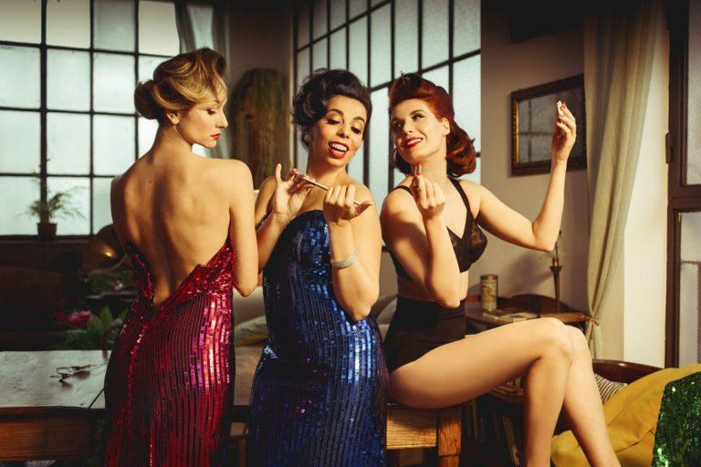 IN TRE. Il nuovo spettacolo delle Ladyvette, di Teresa Federico, Fausto Brizzi e Lillo Petrolo. Al Teatro La Cometa dal 5 al 24 marzo