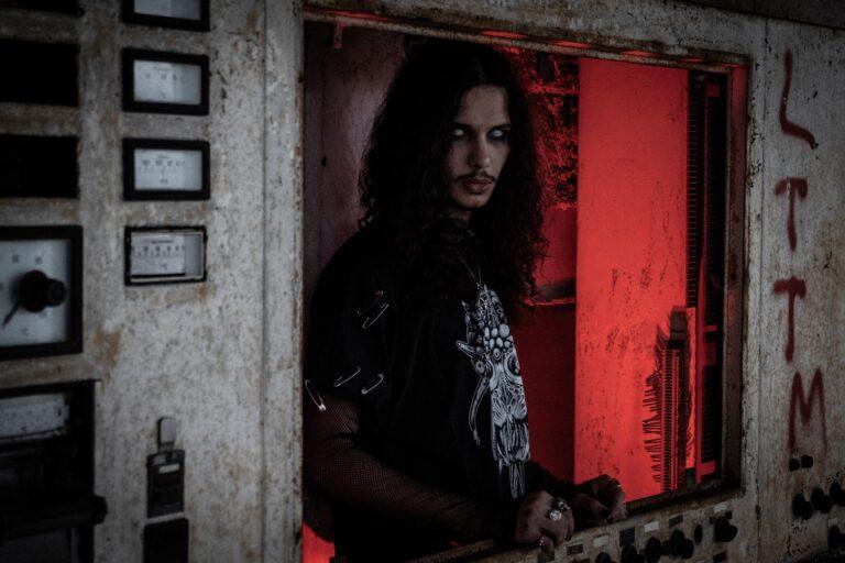 """""""Black Latex"""", il nuovo video di Yung Belial tra drop techno e industrial metal"""